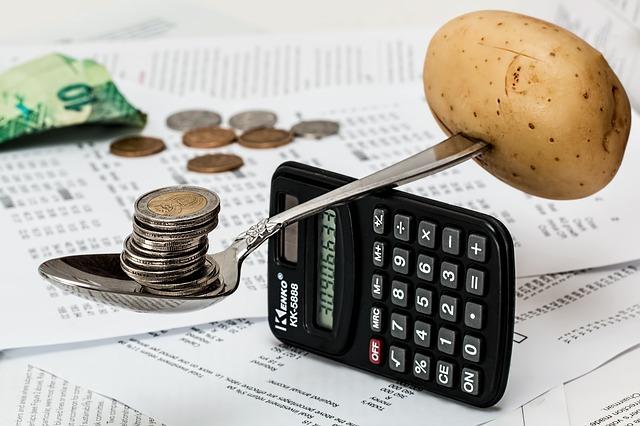 vážení brambory a mincí