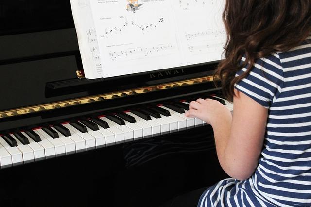 dívka a klavír