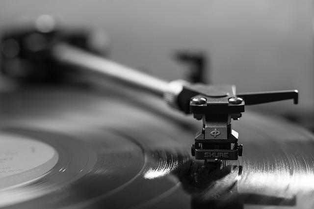 hrající gramofon