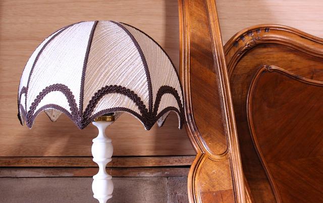 lampička na nočním stolku