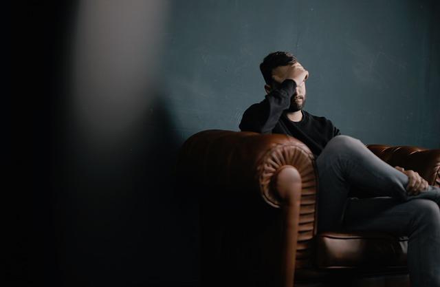 muž sedící na nepohodlném křesle